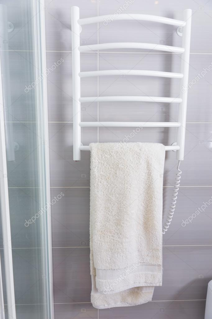 Serviette suspendu un porte serviette chauffant Porte serviettes chauffant