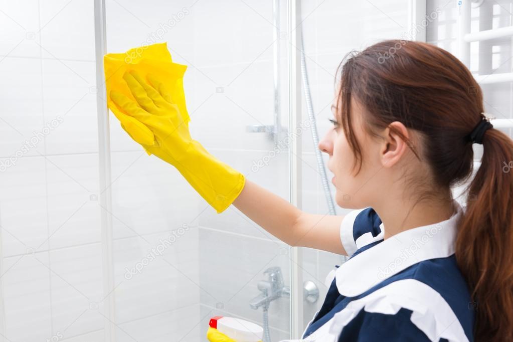 Glazen Douchewand Schoonmaken : Huishoudster schoonmaken van de glazen douchecabine u stockfoto