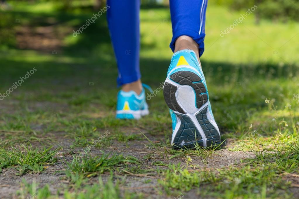 Chiuda in su piedi con scarpe da corsa foto stock for Planimetrie da 4000 piedi quadrati