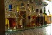 Fényképek A bárban borokat válogatott üveg