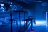 Fotografie Innenraum einer modernen Bar mit stimmungsvoller Beleuchtung blau