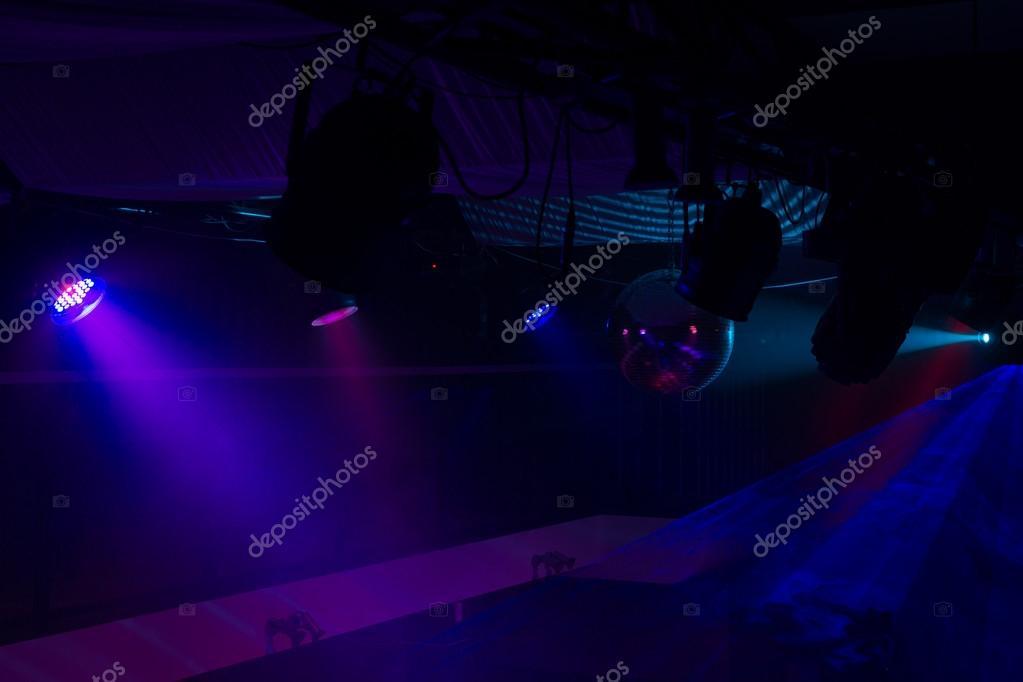 ef008ae42 Púrpuras y azules focos en Club nocturno — Fotos de Stock ...
