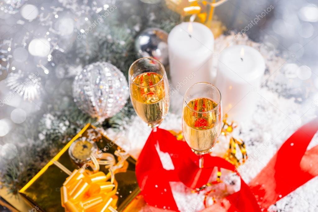 3f06d811aa7afc High Angle feestelijke Still Life - gevulde Champagne bril op sneeuw bedekt  oppervlak met aangestoken kaarsen
