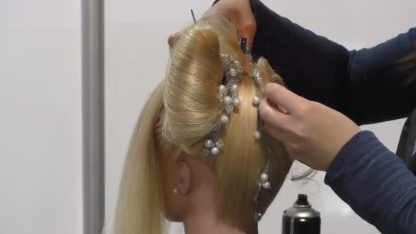 Kadeřnici s blond vlasy