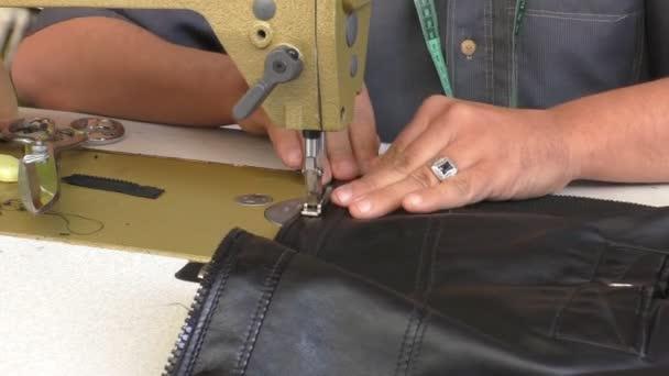 Ember varrás bőr kabát zip — Stock Videó © opal  110267710 e57076fe35