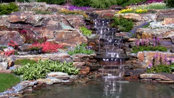 zahradní vodopád na skále