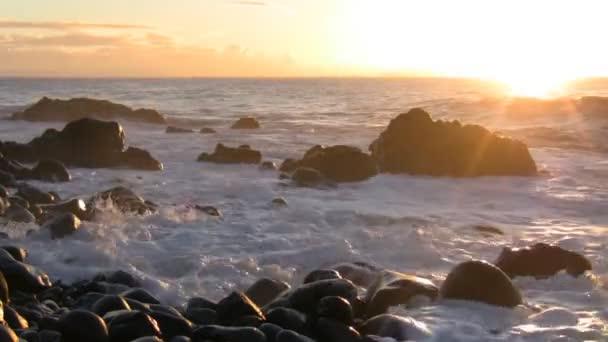 Tengeri hullám splash ellen okos napfény hajnalban a strandon