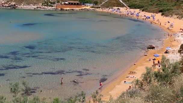 Pohled shora lidí na zlaté pláži tyrkysové moře