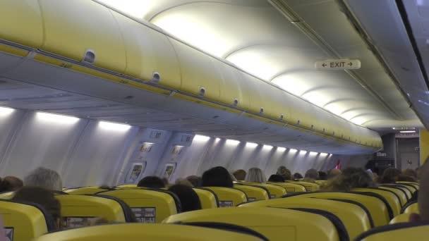 Flugpassagiere sitzen