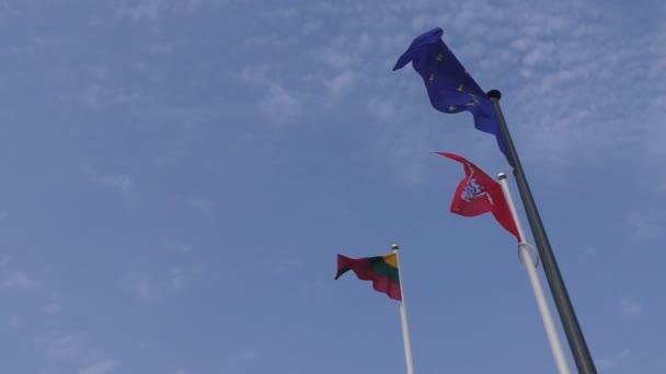 Nemzeti litván és az Európai Unió Eu lengedező zászlók, az égen