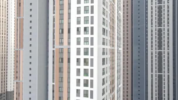 Moderní budova bytového komplexu zblízka, městská geometrie.