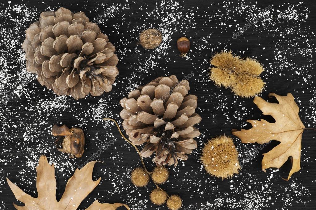 Feestdagen Natuurlijke Kerstdecoratie : Natuurlijke kerstdecoratie van dennen kegels bladeren kastanjes