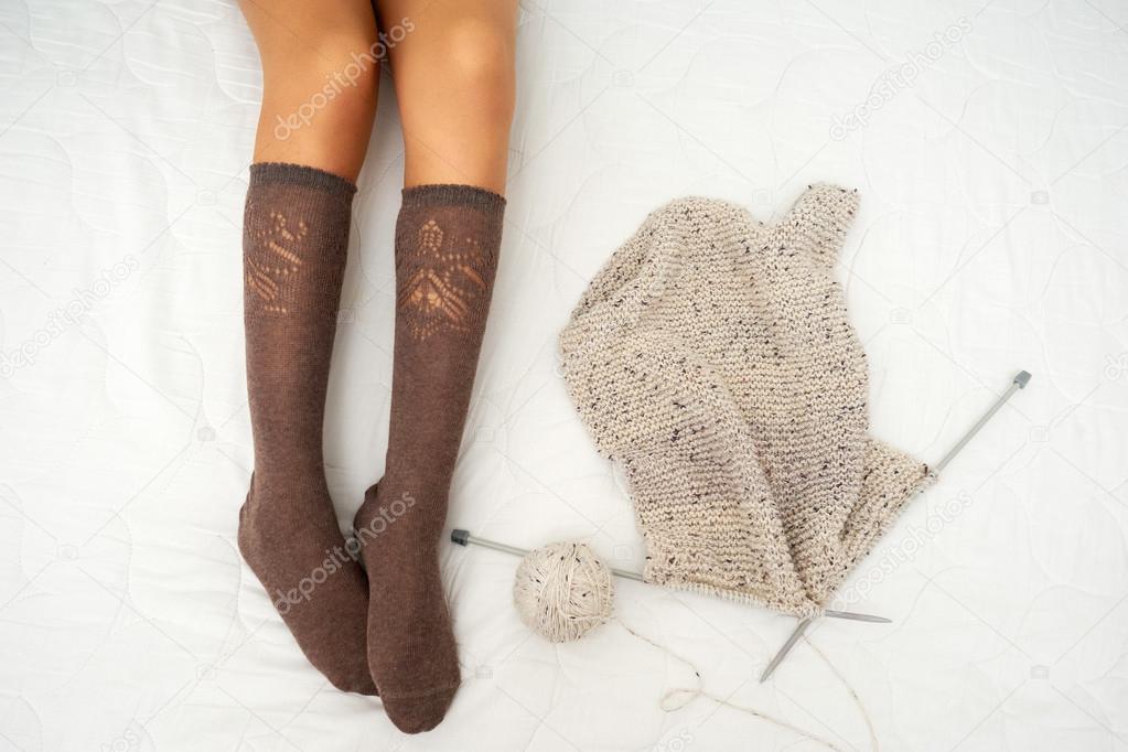 Foto de mujer en la cama con hilo y agujas de tejer — Fotos de Stock ...