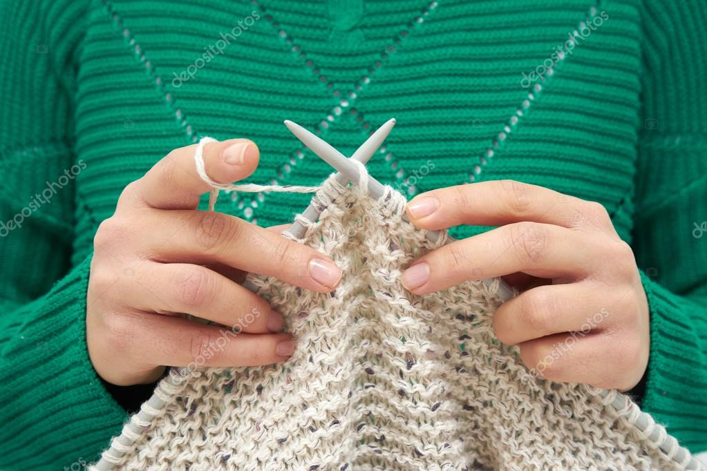 Primer plano de manos de la joven mujer, tejer bufanda — Fotos de ...