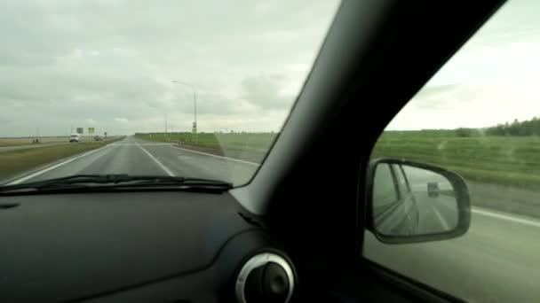 Pohled z auta na dálnici s oblačným deštivým počasím, kopírovat prostor. Přední sklo