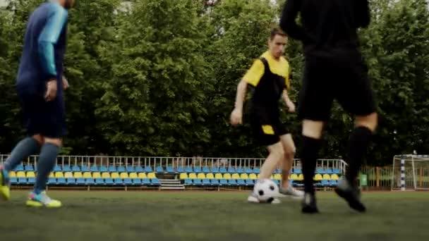 Freunde spielen miteinander Fußball. Fußball Amateurspiel in einem kleinen Stadion. Trainingstraining. Freundschaftsspiel. Freizeit