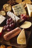 raffinierte Fleisch- und Käseplatte mit Früchten