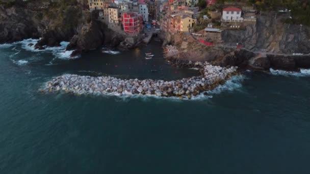 Letecký pohled na Riomaggiore v Cinque Terre, známé památce v Ligurii, Itálie. Cestovní ruch destinace v Evropě.