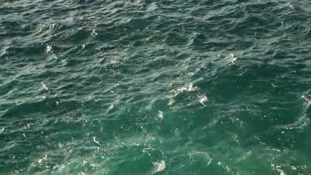 Vrchol pohledu na modré vlny oceánu pohyb vody. Pozadí přírody, zpomalení