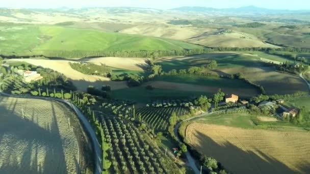 Toszkána légi napfelkelte termőföld dombvidék táj. Olaszország, Európa