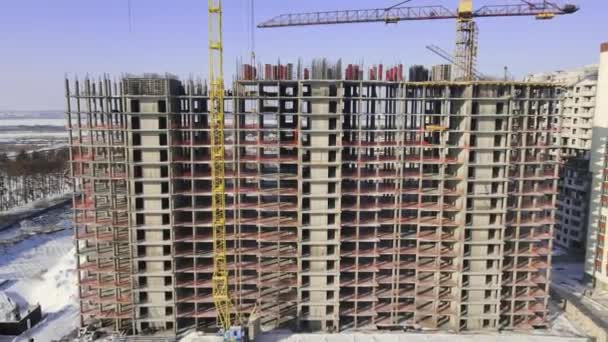 Betonová budova v procesu výstavby. Letecký pohled na stavby na vrcholu betonové budovy.