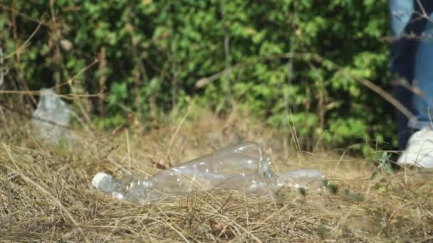 Freiwillige sammeln Müll im öffentlichen Park ein. Umweltschutzprobleme und globale Erwärmung