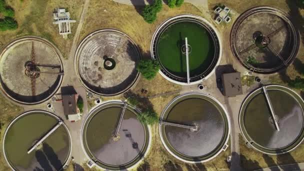 Wasseraufbereitungsanlage von oben. Blick von oben auf die Kläranlagen