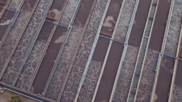 Kläranlage. Kläranlage mit Rundklärern zur Wiederverwertung von Schmutzwasser, Luftaufnahme