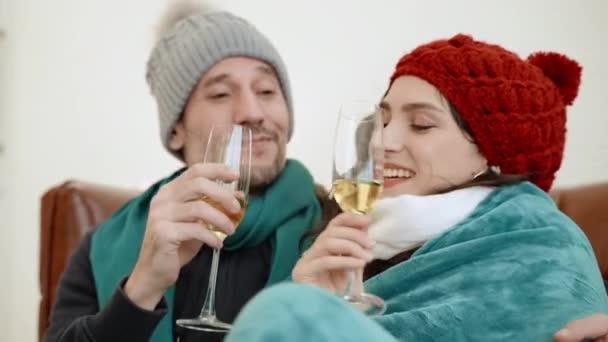 50-p-Filmmaterial von zwei Paaren, die Champagner in einem Raum trinken, um sich abzukühlen.