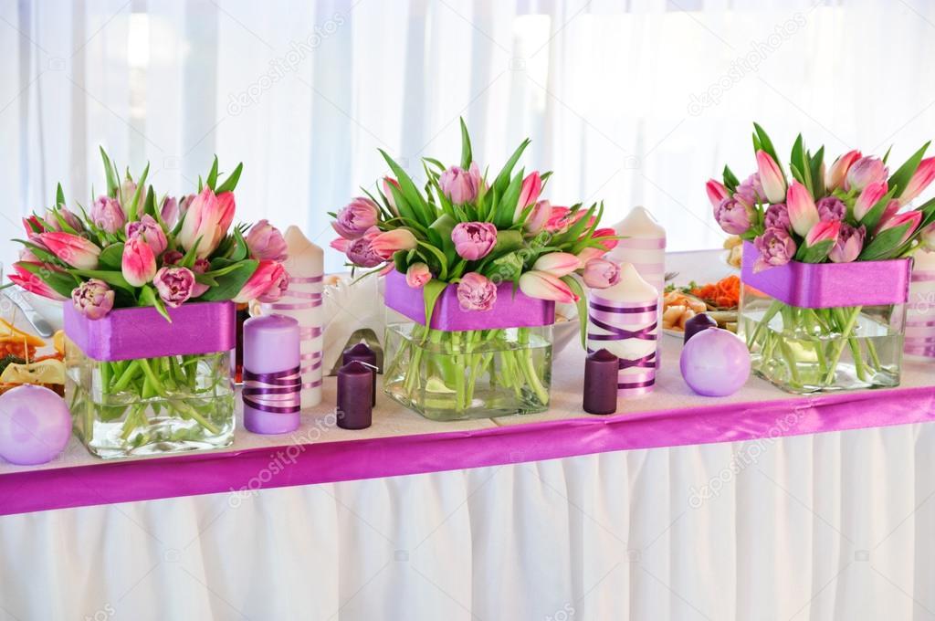 ślubne Dekoracje Stołu I Bukiety Tulipanów Zdjęcie Stockowe