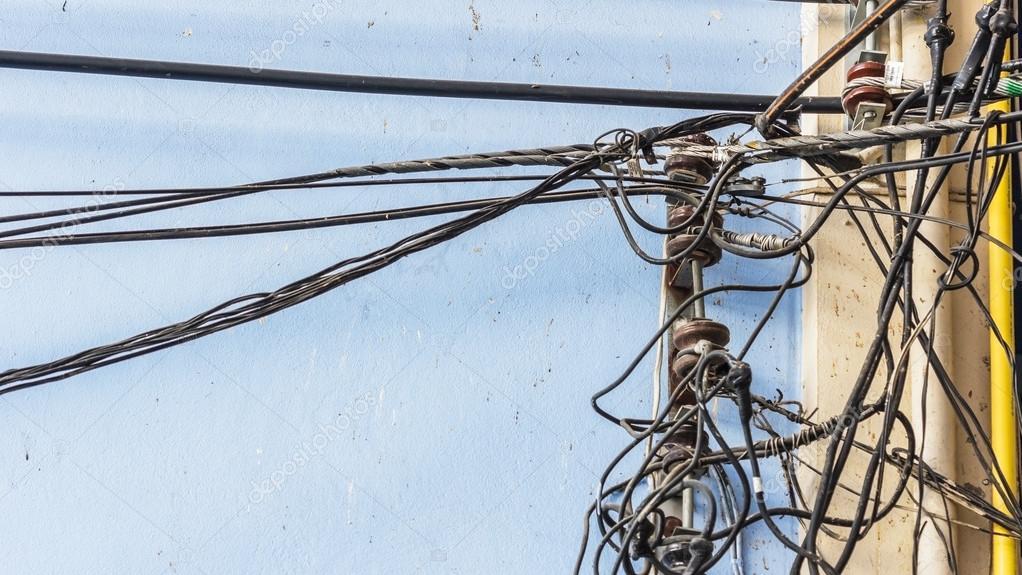 Stapel von elektrischen Leitungen auf blauen Wand — Stockfoto ...