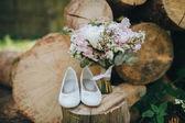 Fotografie Ženské sandály a kytice kytice