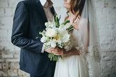 Fotografie nevěsta a ženich držení kytice