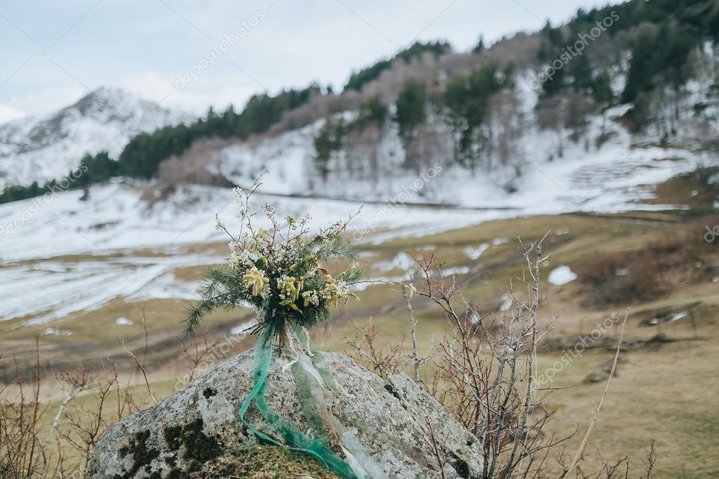 Hochzeitsstrauss Kiefer Zweige Und Blumen Stockfoto C Hinhanni