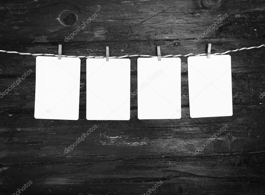 En blanco papel foto marcos o colgando en el tendedero de rayas roja ...