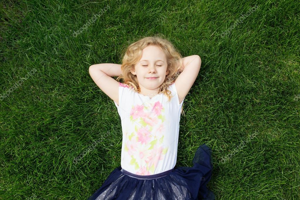 Девушка лежит сверху фото 378-215