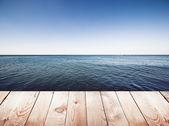 dřevěné molo na modré moře a nebe pozadí