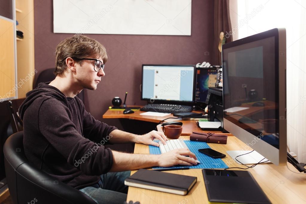Freelance développeur et designer travaillant à la maison lhomme à
