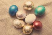 Fotografia Uova di Pasqua sulla tabella. Priorità bassa di festa. Foto di tinto
