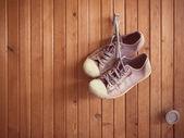 Fotografia Old worn sneakers on wood