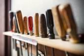 Fotografie Staré dřevoobráběcích nástrojů na zdi, zblízka fotografie