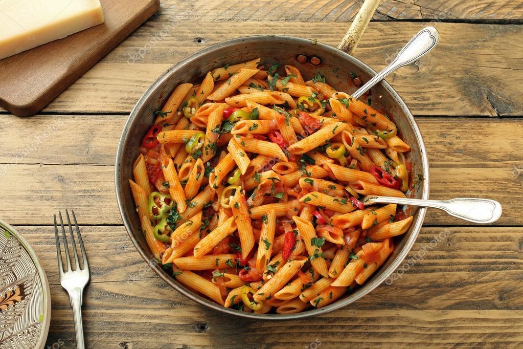 Italienische Pasta In Metallwanne Mit Gemüse Stockfoto Denio109