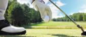Ruční uvedení golfový míček na tee v golfovém hřišti
