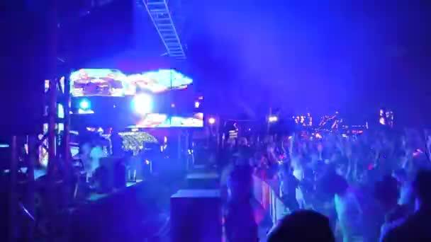 fiatalok tömegei a szilveszteri koncerten