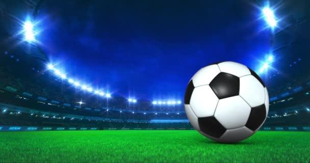 Moderní fotbalový a fotbalový stadion se zářivými světly a pohybem míče na trávníku. Profesionální sport 4k video pozadí upraveno jako bezešvé smyčky.