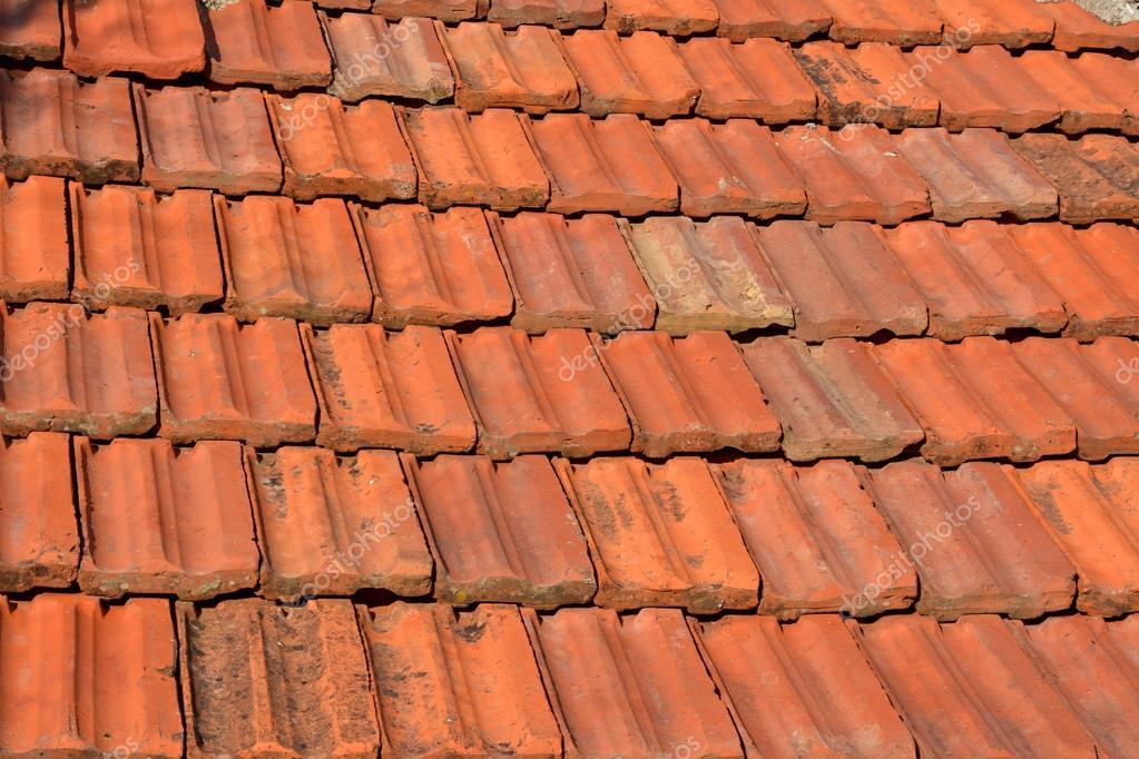 Vecchie mattonelle di tetto rosso texture u foto stock leont