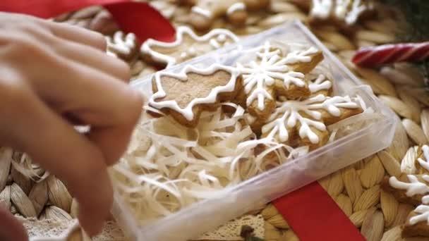 Žena ruce složit vánoční cukroví do krásné krabice
