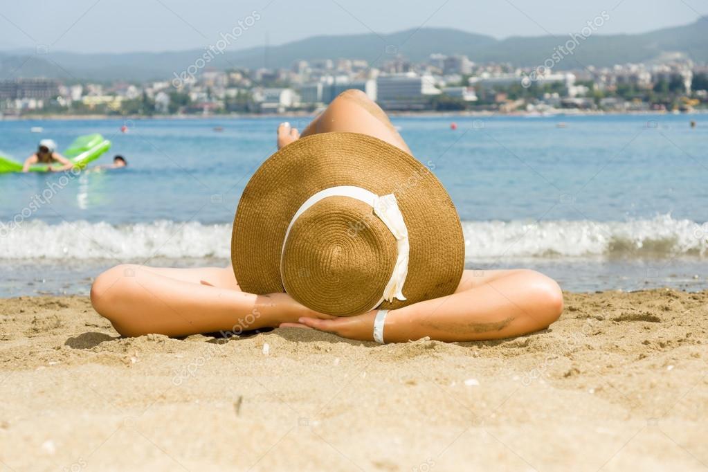 Resultado de imagem para moça chapeu praia