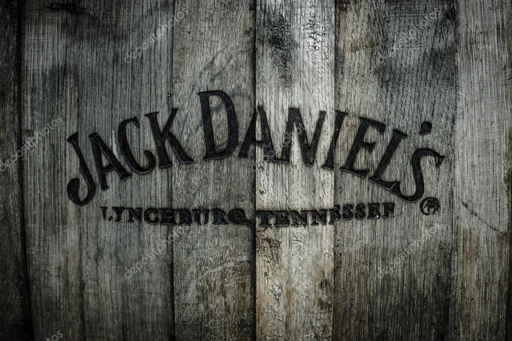 logo de la c l bre whisky jack daniels dans le vieux tonneau en bois a br l photo ditoriale. Black Bedroom Furniture Sets. Home Design Ideas