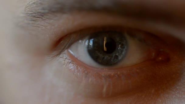 Modré oko se kontaktní čočky.